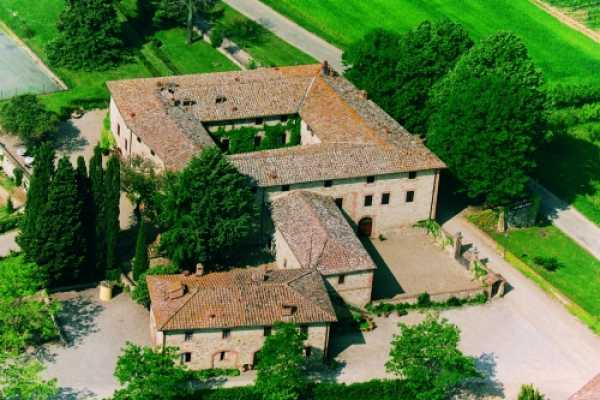 Book now your holiday in Castelnuovo Berardenga in Tuscany exclusive residence with swimming pool, in the midst of evergreen woods and long rows of vi