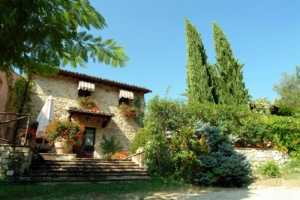 Country house vacations rentals near Spello between Perugia and Terni in Umbria. Beautuful restored stone house with 2 bedrooms and 2 baths