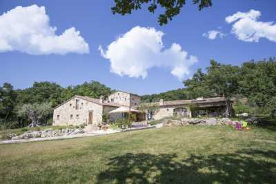 Exclusive residence vacation rentals with pool and SPA in Umbria between Perugia and Terni immersed in the countryside. 5 Bedrooms and 6 baths