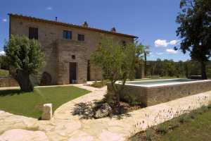 rent now your vacation home with pool near Città della Pieve in Umbria. Beautiful house surrounded by greenery with 6 bedrooms and 6 bathrooms in this