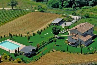 Country house vacations rentals with pool near Città della Pieve in Umbria. Beautuful house immersed in the countryside with 6 bedrooms and 6 baths