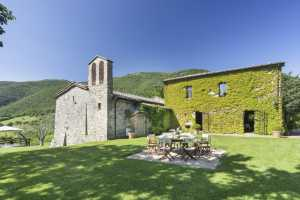 Book now your holiday in Perugia in Umbria private farmhouse with swimming pool, a farmhouse immersed in the green of the nature reserve and enjoying