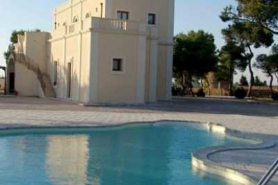 Villa vacations rentals in Nardò with pool near Gallipoli in Apulia 2Km away from white Salento beaches. This holiday villa has 5 bedrooms and 5 baths